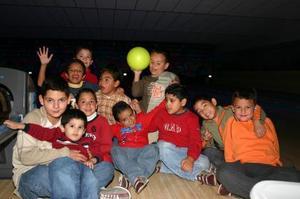 El pequeño Diego Mendoza Rivera rodeado de un grupo de amistades .