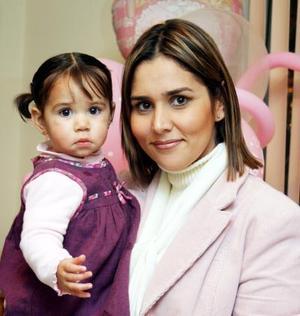 <u><i> 25  de noviembre de 2004</u></i><p> Gaby Córdova de Fernández con su hijita Isabela  Fernández Córdova.