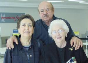 Ifigenia Salazar viajó a Mérida, fue despedida por Leticia y Rubén Castillo