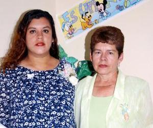 <u><i> 26 de noviembre de 2004</u></i><p> María de los Ángeles Salazar de López en compañía de Irene Ramírez, en la fiesta de canastilla que le organizaron.