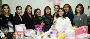 Lucía Molina de Romero recibió bonitos regalos por el próximo nacimiento de su bebé.