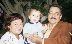 Jesús Pizarro y Rosa Velia Galván  con su nieto el día que cumplió dos años.