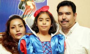 Luis Enrique Hernández y Ernestina Fernández de Hernández festejan a su hija Silvia Nayeli.