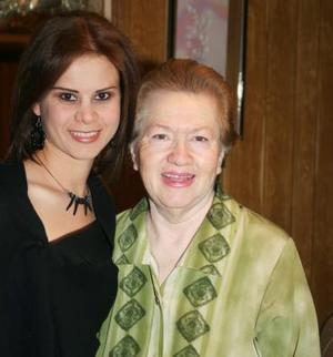 Brenda Salúm Castillo disfrutó de una fiesta de despedida que le ofreció su abuelita Lolita Castillo
