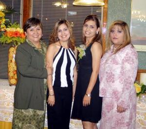 <u><i> 27 de noviembre de 2004</u></i><p>  Mayela Hurtado Soto acomoapañada por su mamá y sus hermanas en el festejo pre nupcial que le ofrecieron