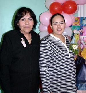 <u><i> 27 de noviembre de 2004</u></i><p>  Perla Verónica de Ortega recibió lindos regalos para el bebé que espera