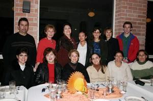 <u><i> 27 de noviembre de 2004</u></i><p>   Lupita, Laura, Marisela, Larissa, Diana, Elisa, Salvador, Bonnie, Emma, Mónica, Tere, Hana y Alex se reunieron el Día de Acción de Gracias