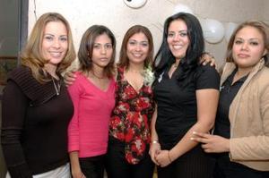 Daisy Aguilar Carrasco junto a sus invitadas el día de su despedida de soltera.