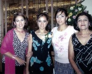 <u><i> 28 de noviembre de 2004</u></i><p> Verónica Flores Zamudio fue captada con sus familiares el día de su despedida de soltera