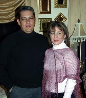 José Ignacio  Elósegui y Lorena de la Garza celebraron 15 años de casados.
