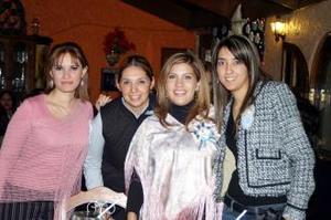 Marcela Mancha de Huerta en su fiesta de canastilla con sus amistades.