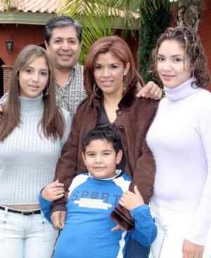 Gerardo Carrillo, Paty de Carrillo y sus hijos Denisse, Viridiana y Osvaldo.