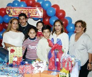 Niña Lizeth Yanely Samaniego junto a su familia durante su festejo de cumpleaños.
