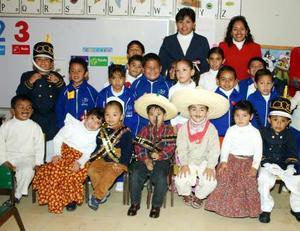 Alumnos de reconocida institución educativa portaron trajes tipicos.