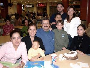 Familia López Treviño y las maestras Fanny y Mary Carmen.