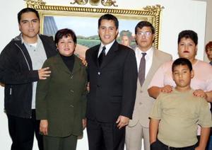 Guillermo García Ochoa acompañado de su familia .