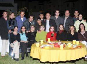Sofía y Suasana Garza acompañadas por un grupo de familiares y amigos.
