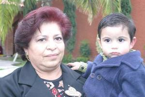 Chepina C. de Becerra y su nieto Dieguito
