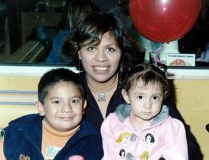 Aída Meneses Hernández junto a su mamá Aída y su hermano Hamlet.
