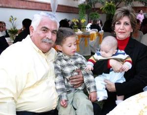 Francisco Orduñio y Paquita Jaime de Orduño con sus nietos.