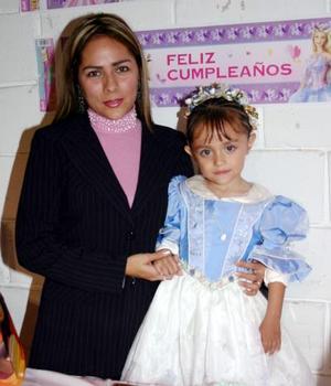 Jocelyne  Ximena López Dávila cumplió  tres años de vida y lo celebró con un ameno convivio.