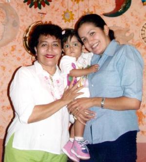 La pequeña Karla Paulina Salazar junto a su mamá u su abuelita.