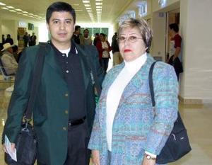 Alberto Cortez viajó a Barcelona y fue despedido po su mamá.