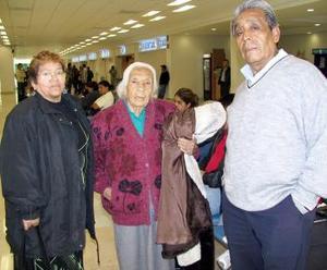 <u><i>28 de noviembre de 2004</u></i><p> Andrea Rodríguez viajó a Los Ángeles y la despidieron Felipe y Maricela Rodríguez.
