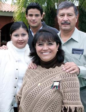 Juventino Carrillo y Martha de Carrillo con sus hijos Óscar y Cinthia.
