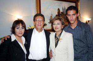 Con motivo de su 25 aniversario de bodas, los sres. Adrián González y Alma Aguilera de González  efectuaron una amena reunión, aquí junto a sus hijos .