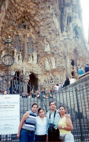 Jesús Ochoa Cebrián, Ana María Valdés, Martha y Lupita Ochoa Valdés visitaron  la iglesia  de la Sagrada Familia en Barcelona