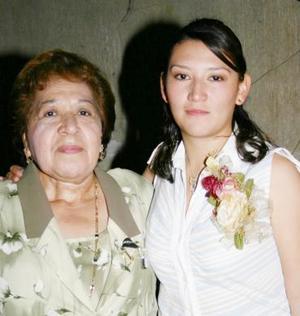 Alejandra García Arévalo en compañía de Adela Flores organizadora de su despedida de soltera.