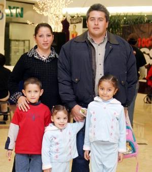 L-Carlos Ruiz, Marcela López, Marcela, Karla y Paulo López