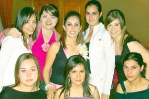 Ana Sofía Urquizo Leal junto a sus amigas  el día de su despedida de soltera.