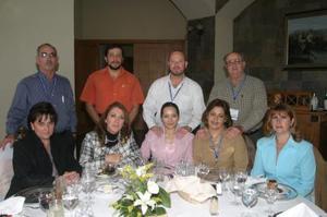 Ángel y Alejandra Fernández, Rodolfo y Sandra Garza, Pablo y July Lainz, Luis y Martha Conde y Lupita García  en reciente festejo.