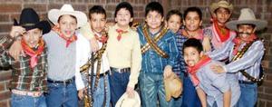 Niños del Colegio Cervantes  que celebraron el día de la Revolución.
