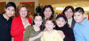 <u><i> 29 de noviembre de 2004</u></i><p>  Xóchitl Salas de Armijo, María Elisa Salas, Mayela Salas de Cassio, Mario, Alejandro, Gerardo, Elisa y Diana apoyaron a los modelos de Durango