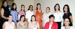 Anahí Hernández Rodríguez acompañada de un grupo de amistades y familiares en su despedida de soltera.
