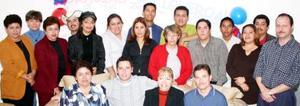 José Figueroa junto a un grupo de amistades y familiares, con quienes disfrutó de un convivio.