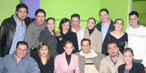 <u><i> 30 de noviembre de 2004</u></i><p>  Roque Márquez Santelices e Isabel Garza Coss acompañados de amigos en la despedida que les organizaron