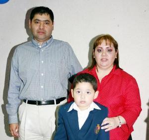 Daniel Castrellón  en compañía de sus papás