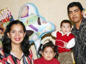 Alejandro Tabares Sifuentes acompañado de su familia el día de su cumpleaños.