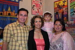 Ana Sofía Saucedo González, acompañada de María de Jesús González y sus tíos Gerardo González y Paty González.