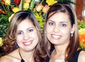<b>01 de diciembre de 2004</b><p>  Mayela Hurtado Soto acompañada por su hermana en la despedida que le ofrecieron