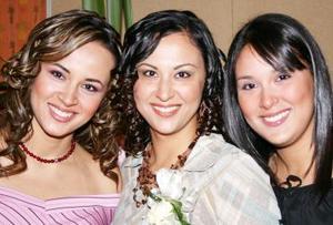 Alejandra del Rocío Artea junto a sus hermanas Rosy y Valeria  .