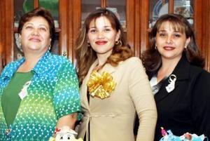 <b>02 de diciembre de 2004</b><p> Norma Angélica Molina de Valenzuela y María de Jesús Campos de Molina le ofrecieron una despedida de soltera a Janeth Molina Campos.