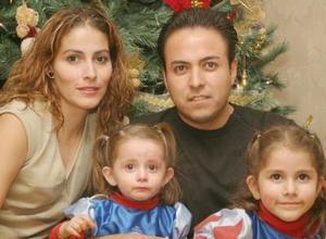 Sofía y Luisa García cumpkieron cinco y un año de vida y lo festejaron en un convivio, aquí con sus papás.