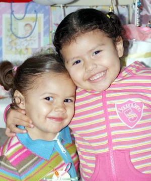 <b>02 de diciembre de 2004</b> <p> Sofía y Ximena Valdez Sotomayor, captadas en reciente festejo.