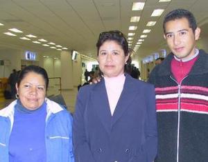 Concepción de Aguilar viajó a Tijuana y la despidieron Alejandro Aguilar y Rosa Soriano.