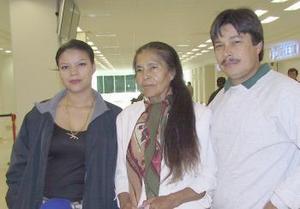 <b>01 de diciembre de 2004</b> <p> Carmen Madrid viajó a Atlanta y fue despedida por Baltazar,y  Lluvia